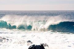 O tubo fantástico das ondas rola sobre a costa imagens de stock royalty free