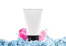 O tubo vazio e as tulipas coloridas na água espirram, isolado no branco ilustração royalty free