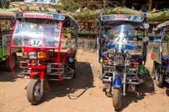 O tuk de Tuk estacionou fora do templo na província de Udon Thani, Tailândia imagens de stock