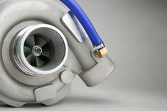 O turbocompressor novo para o motor diesel em um fundo branco fotos de stock