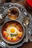 O turco curou a carne e os ovos fritos na bandeja de cobre, café da manhã tradicional, vista superior Foto de Stock Royalty Free