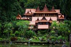 O turismo da cultura de madeira velho de Tailândia Wat Tham Khao Wong fotos de stock