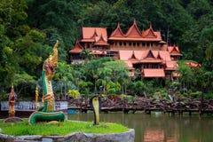 O turismo da cultura do templo de madeira velho de Tailândia Wat Tham Khao Wong fotos de stock