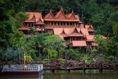 O turismo da cultura do templo de madeira velho de Tailândia Wat Tham Khao Wong fotografia de stock royalty free
