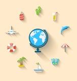 O turismo liso dos ícones do grupo objeta e equipamento com globo Fotos de Stock Royalty Free