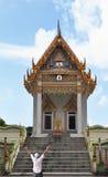 O turista é admirado por um templo budista Imagem de Stock