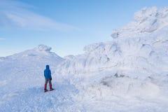 O turista anda nas montanhas do inverno Imagem de Stock Royalty Free
