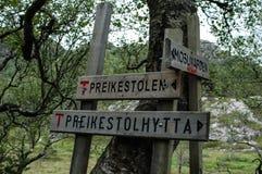 O turista assina dentro as montanhas de Noruega na maneira a Preikestolen Fotografia de Stock Royalty Free