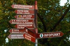 O turista assina dentro Tartu, Estônia Foto de Stock