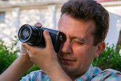 O turista com câmera mirrorless está disparando em marcos fotos de stock