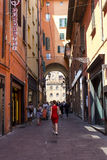 O turista com o vestido vermelho Fotos de Stock Royalty Free