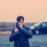 O turista com uma câmera está olhando Foto de Stock