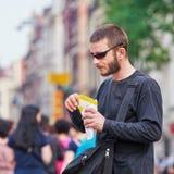 O turista come batatas fritas com mayonaise, Amsterdão, Países Baixos Foto de Stock Royalty Free