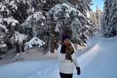 O turista da mulher está caminhando na floresta no inverno da neve imagens de stock royalty free