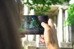O turista da mulher faz sightseeing e fotografar lugares históricos velhos em Gatchina, Rússia fotos de stock