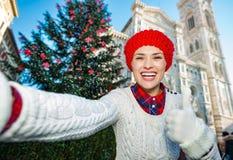 O turista da mulher que toma o selfie no Natal decorou Florença Fotos de Stock Royalty Free