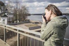 O turista da mulher toma imagens das vistas fotos de stock royalty free