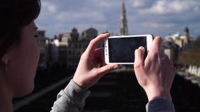 O turista da mulher toma o pictureson no smartphone em Bruxelas Bélgica vídeos de arquivo