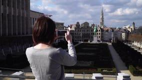 O turista da mulher toma o pictureson no smartphone em Bruxelas Bélgica video estoque