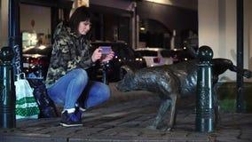 O turista da senhora representa o cão urinando em Bruxelas, Bélgica Zinneke Pis vídeos de arquivo