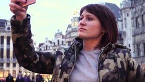 O turista da senhora toma imagens em Grand Place em Bruxelas, Bélgica video estoque