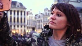 O turista da senhora toma imagens em Grand Place em Bruxelas, Bélgica vídeos de arquivo