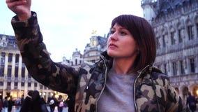O turista da senhora toma imagens em Grand Place em Bruxelas, Bélgica Movimento lento efeito do zumbido da zorra filme