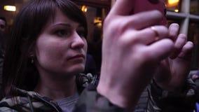 O turista da senhora toma imagens da fonte de Jeanneke-Pis em Bruxelas bélgica filme