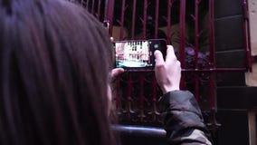 O turista da senhora toma imagens da fonte de Jeanneke-Pis em Bruxelas bélgica video estoque