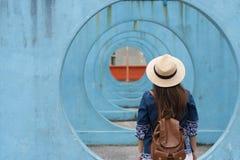 O turista de Hipter deve apreciar viajar no marco famoso foto de stock