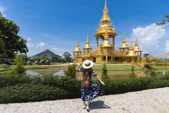 O turista de Hipter deve apreciar viajar no marco famoso fotografia de stock royalty free