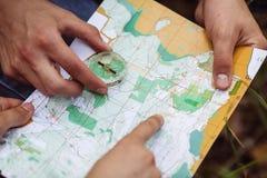 O turista dois determina o mapa e o navegador de rota Fotografia de Stock