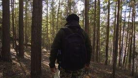 O turista e um homem com um caiaque vão ao longo do trajeto na floresta filme