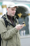 O turista emite SMS em St Petersburg Imagem de Stock
