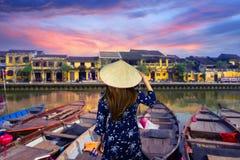 O turista está viajando em Hoi An, Vietname imagem de stock