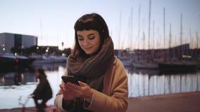 O turista fêmea faz fotos dos iate no por do sol video estoque