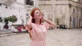 O turista fêmea novo examina ruas da cidade velha em Itália, fim acima filme