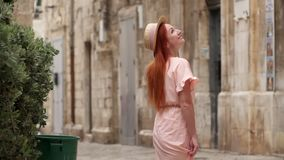 O turista fêmea novo examina ruas da cidade velha em Itália, fim acima video estoque
