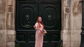 O turista fêmea novo examina ruas da cidade velha em Itália, fim acima vídeos de arquivo