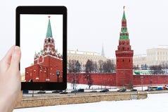 O turista fotografa o Kremlin no dia nevando do inverno Fotos de Stock Royalty Free