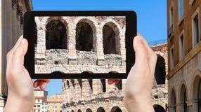 o turista fotografa a parede de di Verona da arena imagem de stock royalty free
