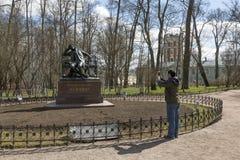 O turista fotografa um monumento a Alexander Sergeevich Pushkin em Tsarskoe Selo, animal de estimação do St Fotografia de Stock