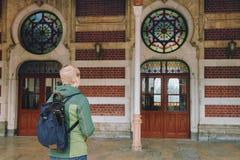 O turista inscreve a porta do estação de caminhos-de-ferro de Sirkeci em Istambul, Tur Foto de Stock Royalty Free