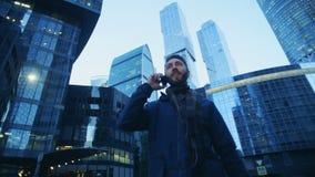 O turista masculino está falando em seu telefone durante o passeio através do complexo do negócio Metragem épico vermelha da câme filme