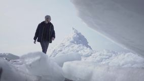 O turista masculino só no fundo que anda na geleira Opinião de surpresa um polo norte ou sul nevado O gelo vídeos de arquivo
