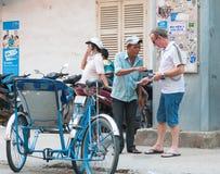 O turista paga ao motorista ciclo vietnamiano Fotos de Stock Royalty Free