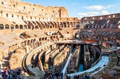 O turista que olha o Colosseum ou o coliseu famoso, igualmente conhecido como Flavian Amphitheatre, é um anfiteatro oval no centr fotos de stock royalty free