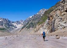 O turista solitário vai à cachoeira da montanha Imagens de Stock Royalty Free