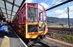 O turista toma a foto do trem na estação de Kameoka Torokko Foto de Stock