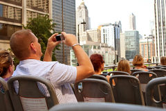 O turista toma fotos da skyline de Chicago do barramento Imagem de Stock